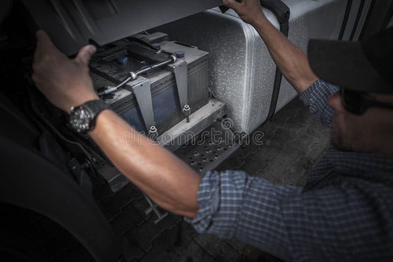 Prüfung auf LKW-Batterie lizenzfreie stockbilder