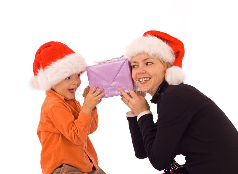 Prüfung der Geschenke mit Mamma stockfotografie