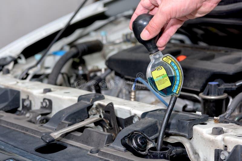Prüfung der Qualität des Frostschutzmittels in einem Neuwagen stockbild