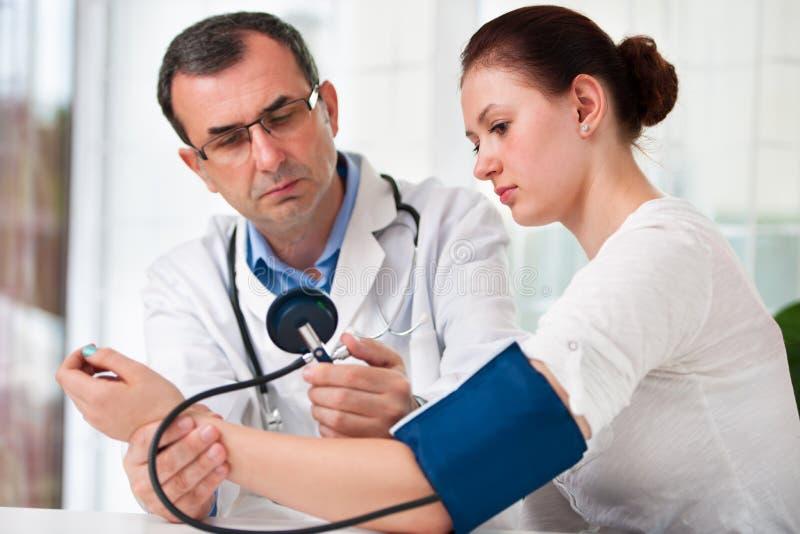 Prüfung des Blutdruckes lizenzfreie stockfotografie