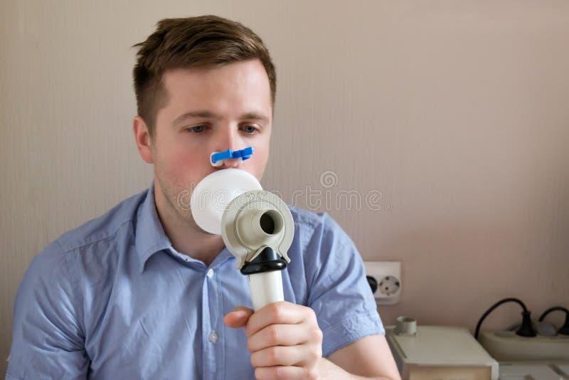 Prüfung des jungen Mannes, die Funktion durch Spirometrie atmet lizenzfreie stockfotos