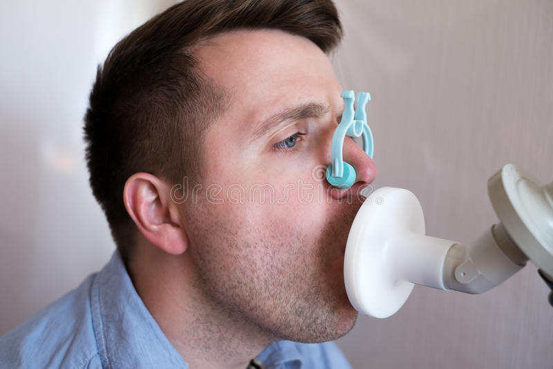 Prüfung des jungen Mannes, die Funktion durch Spirometrie atmet lizenzfreie stockfotografie