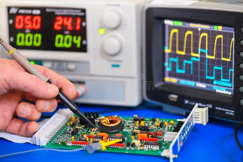 Prüfung einer ElektronikLeiterplatte lizenzfreie stockfotografie