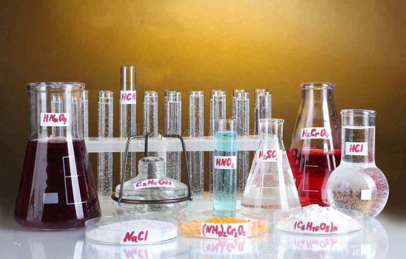 Prüfung-Gefäße mit verschiedenen Säuren und Chemikalien stockfotos
