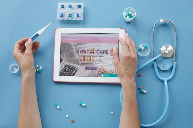 Prüfung von Gesundheit mit medizinischer Website stockfoto