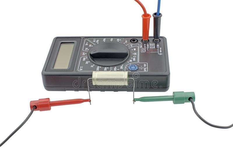 Prüfungskondensator mit Vielfachmessgerät auf Weiß lizenzfreies stockfoto