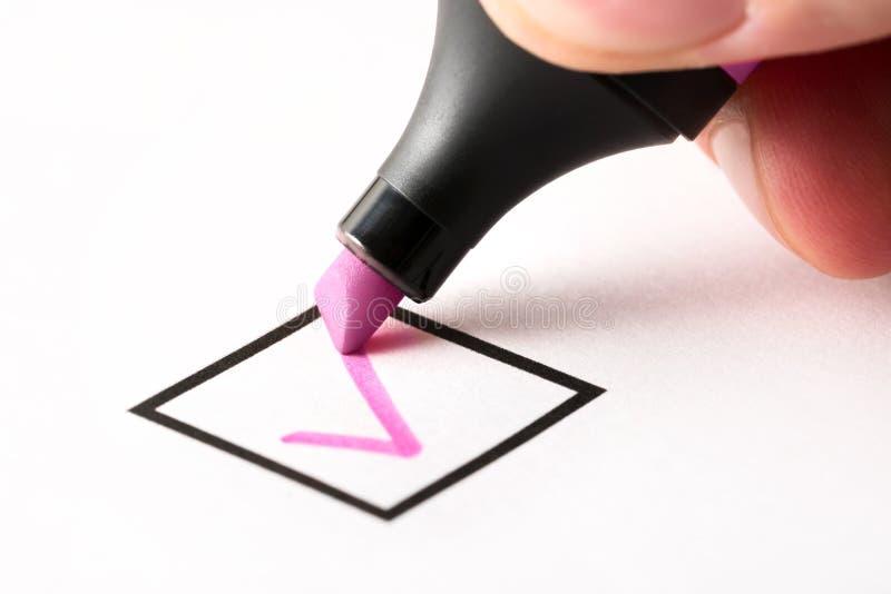 Prüfzeichen in Checkbox in abgeschlossener und fertiger Aufgabe der Checkliste schreiben stockbild