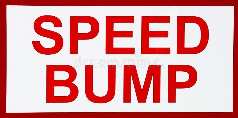 Prędkość garbka znak na Miastowej ulicie fotografia royalty free