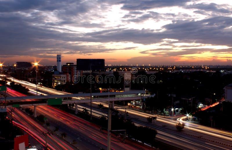 Prędkość samochód z chodzenie plamy długim światłem podczas nighttime Widok zdjęcie stock