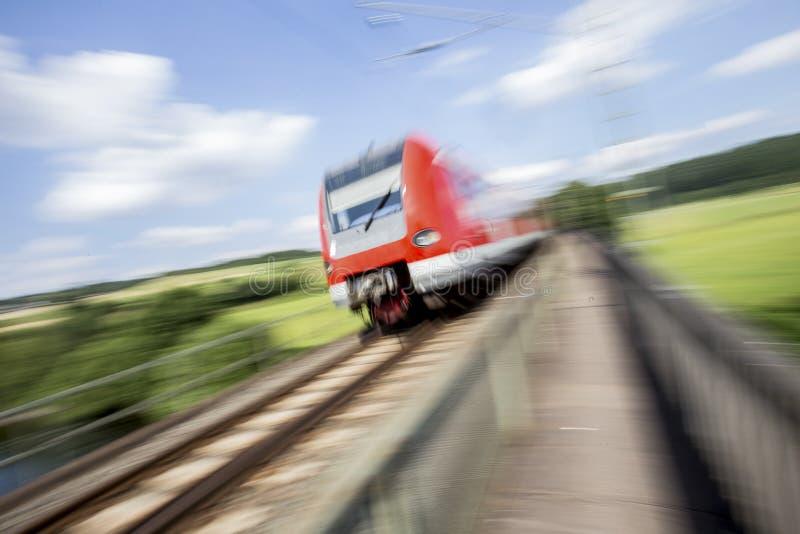 Prędkość zamazany pociąg pasażerski outdoors zdjęcia stock