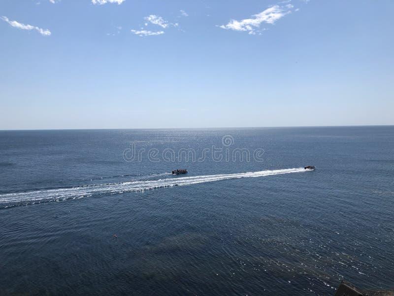 Prędkości łódź potyka się żeglowanie w morzu w spokojnej i pogodnej pogodzie zdjęcia royalty free