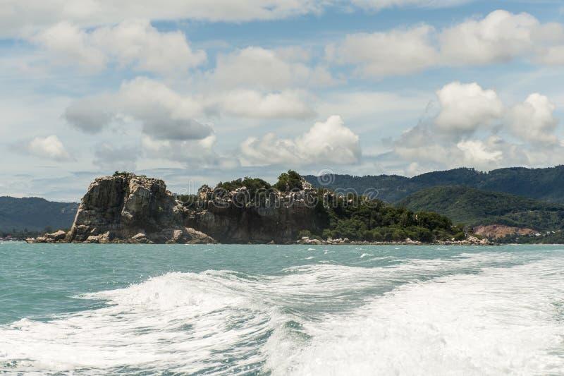 Prędkości łodzi silnika wodnej fala Piękny rockowy morze z niebieskim niebem w Koh Samui Tajlandia zdjęcia stock