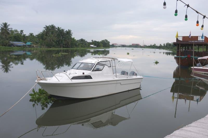 Prędkości łodzie w kanale w Tajlandia obrazy stock