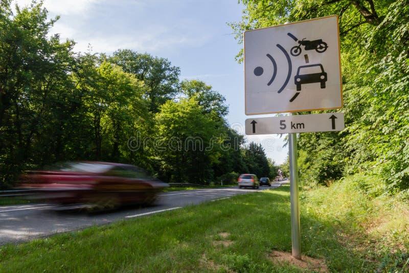 Prędkości ograniczenia prędkości kamery znak blisko do drogi ilustracja wektor