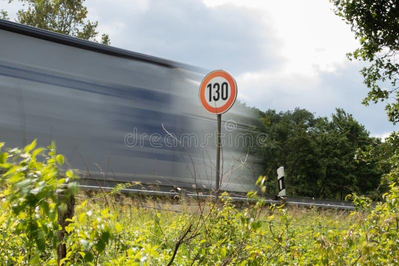 Prędkości ograniczenie 130 na autostradzie obrazy royalty free