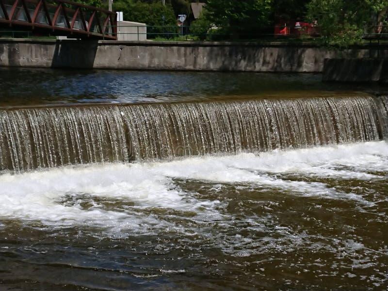 Pr?dko?ci rzeki tamy brzeg rzekiego parka Guelph Ontario Kanada Uroczysty rzeczny system obrazy royalty free