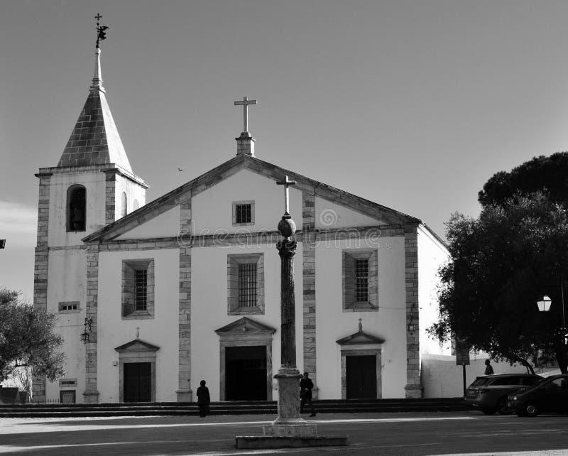 Pręgierz i kościół Nasz dama w czarny i biały obrazy stock