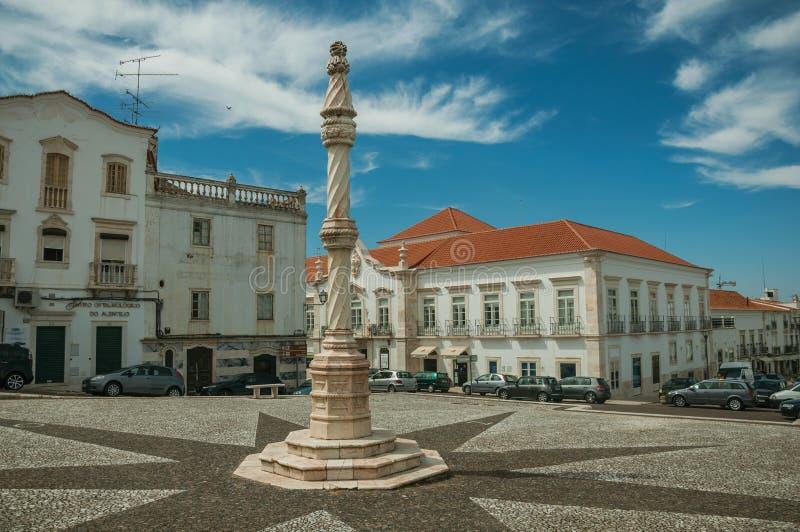 Pręgierz na kwadracie z starymi budynkami przy Estremoz zdjęcia royalty free