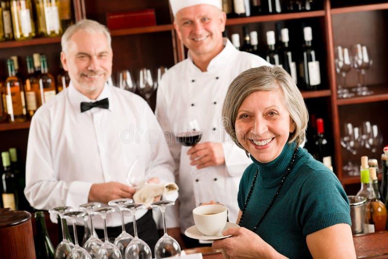 prętowego kierownika restauracyjny uśmiechnięty pięcioliniowy wino obrazy royalty free