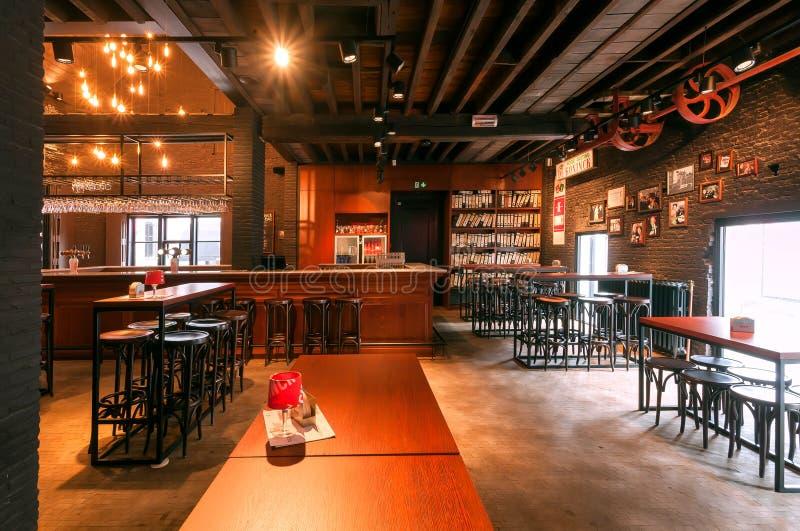 Prętowy kontuar i drewniani stoły wśrodku dziejowego browaru robi lokalnemu piwu z znakiem firmowym De Koninck obrazy royalty free