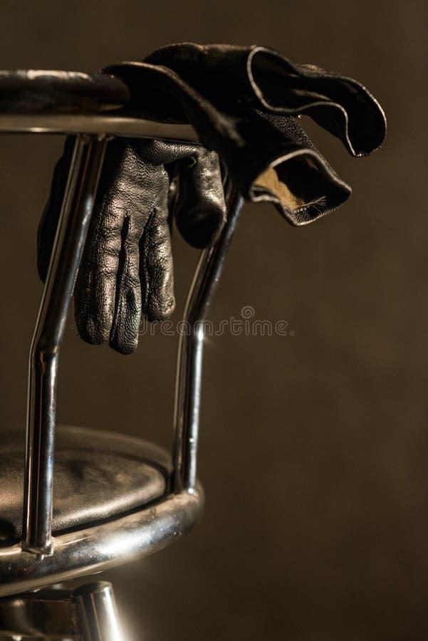 Prętowy krzesło z rękawiczkami obrazy stock