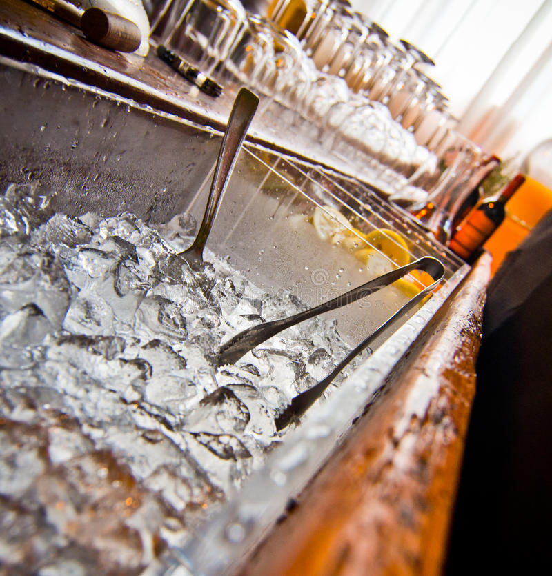 Prętowy stół z kostkami lodu obraz stock