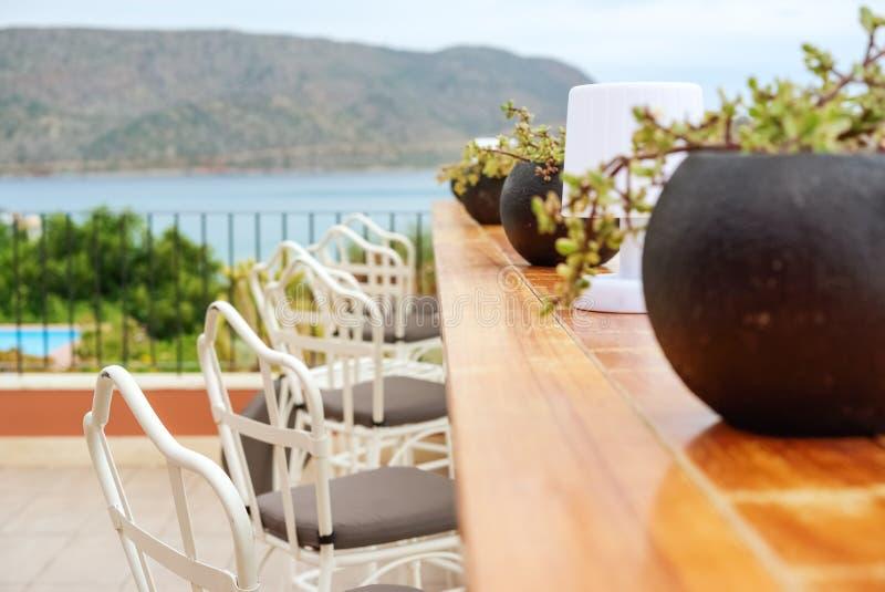 Prętowy stojak i krzesła na tle morze obrazy stock