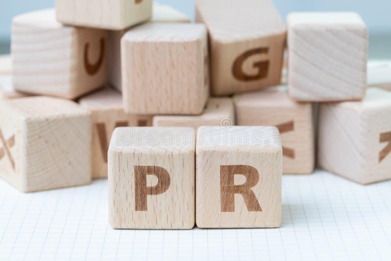 PR, Öffentlichkeitsarbeitkonzept, hölzerner Würfelblock mit Buchstaben für stockfoto