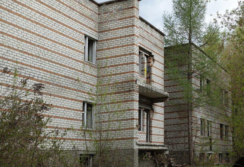 Pr?dio abandonado velho Constru??o residencial de desintegra??o fotografia de stock