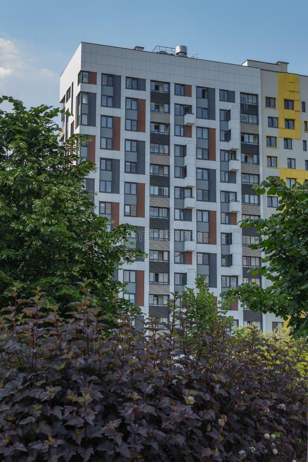 Pr?dio de apartamentos moderno com as fachadas coloridas nos sub?rbios da cidade Complexo residencial ?na floresta ?, Moscou, Rus fotos de stock royalty free