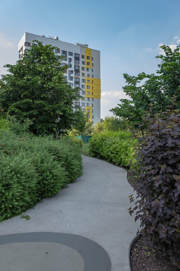 Pr?dio de apartamentos moderno com as fachadas coloridas nos sub?rbios da cidade Complexo residencial ?na floresta ?, Moscou, Rus foto de stock
