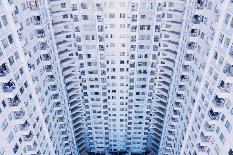 Pr?dio de apartamentos moderno com balc?es fotografia de stock royalty free