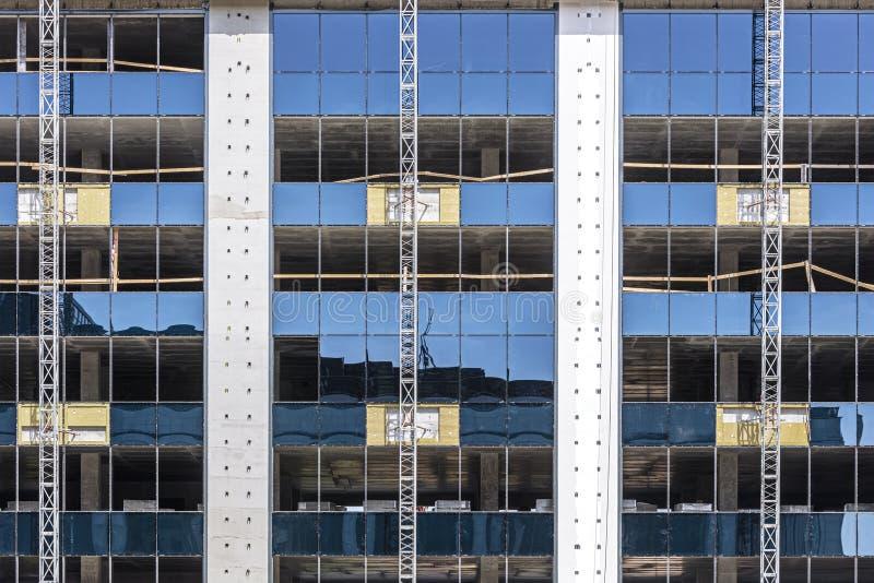 Pr?dio de escrit?rios moderno sob a constru??o reflexão do céu azul na fachada de vidro imagem de stock royalty free