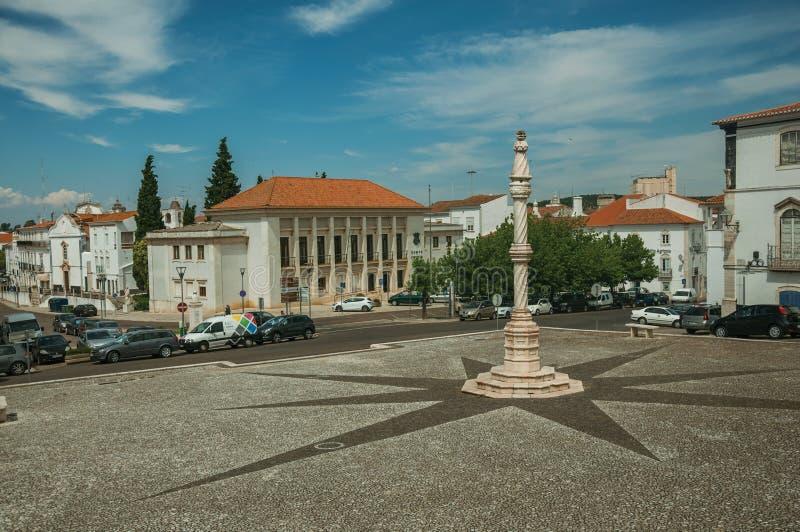 Pr?gierz na kwadracie z starymi budynkami przy Estremoz obraz royalty free