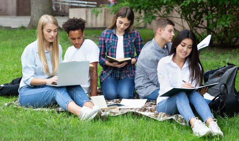 Pr?paration d'examen Étudiants étudiant dans le campus d'université photo libre de droits