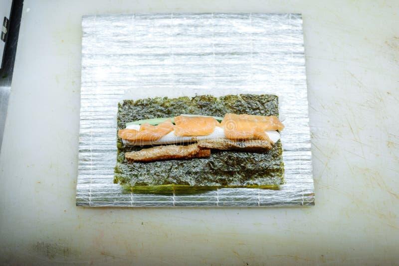Pr?paration des petits pains sur un conseil sur la table dans la cuisine du restaurant photo stock