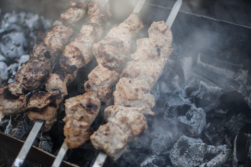 Pr?paration des tranches de viande en sauce sur le feu image stock