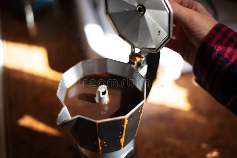 Pr?paration du caf? avec la machine de moka dans la cuisine images libres de droits