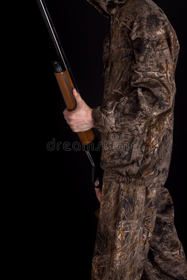 Pr?paration pour la chasse de printemps ou d'automne Chasseur dans l'habillement de camouflage avec une arme à feu sur un fond no image stock