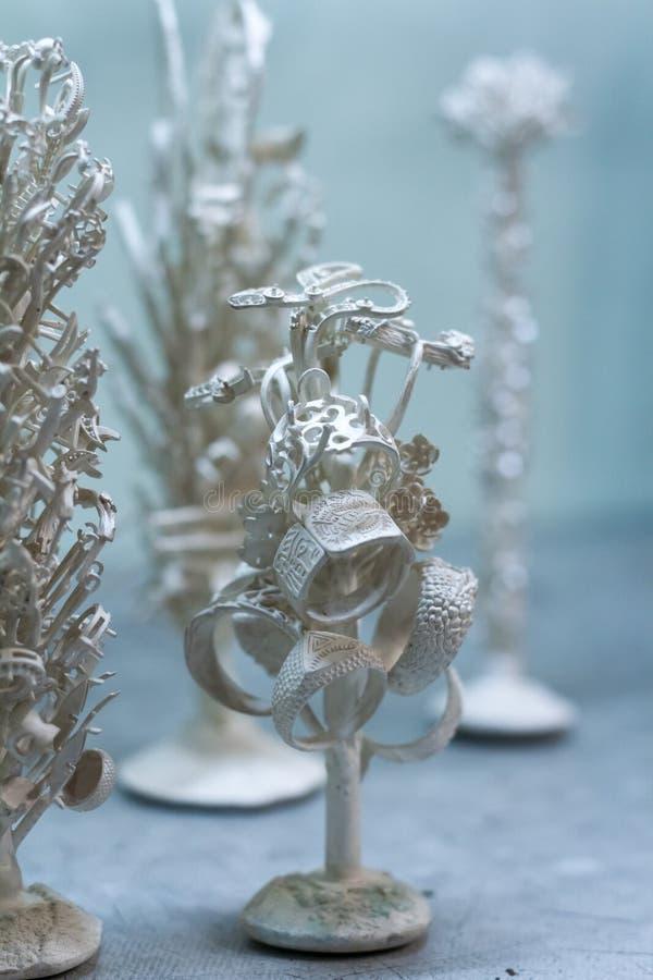 Pr?paration pour les bijoux argent?s de fusion dans un atelier pour la production manuelle des bijoux photos stock