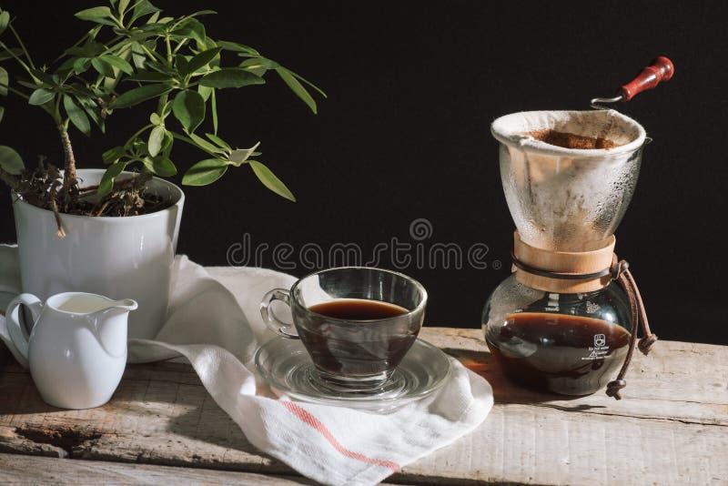Pr?parez l'ensemble de caf? d'?gouttement pour la coupure d'apr?s-midi sous la lumi?re du soleil photos libres de droits