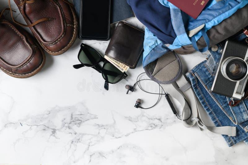 Pr?parez les accessoires de sac ? dos et les articles de voyage photo stock