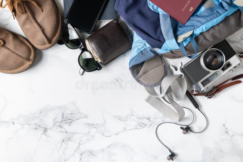 Pr?parez les accessoires de sac ? dos et les articles de voyage image stock