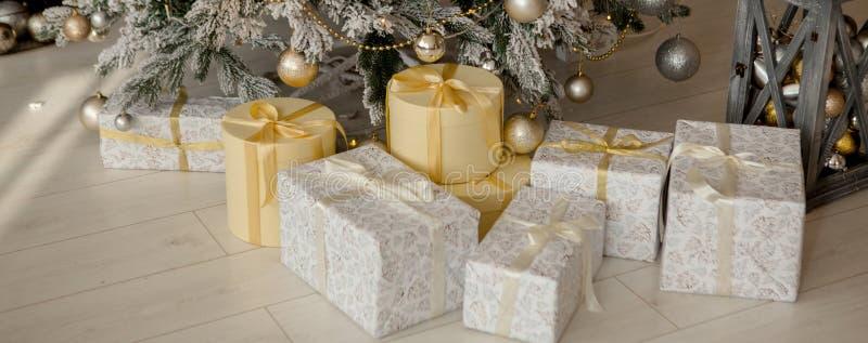 Pr?sents et cadeaux sous l'arbre de No?l, concept de vacances d'hiver photographie stock libre de droits