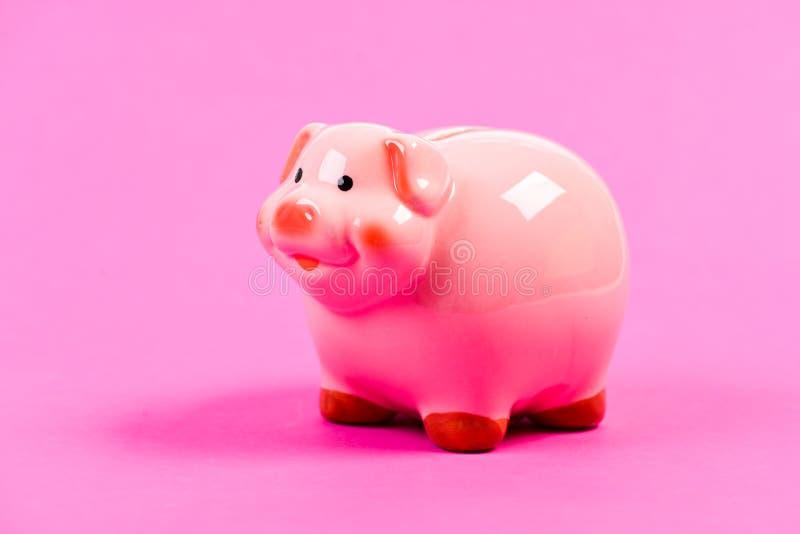 pr?stamo Problema financiero ahorro del dinero gestión de la renta Presupuesto del planeamiento Bater?a guarra en fondo rosado Co fotos de archivo libres de regalías