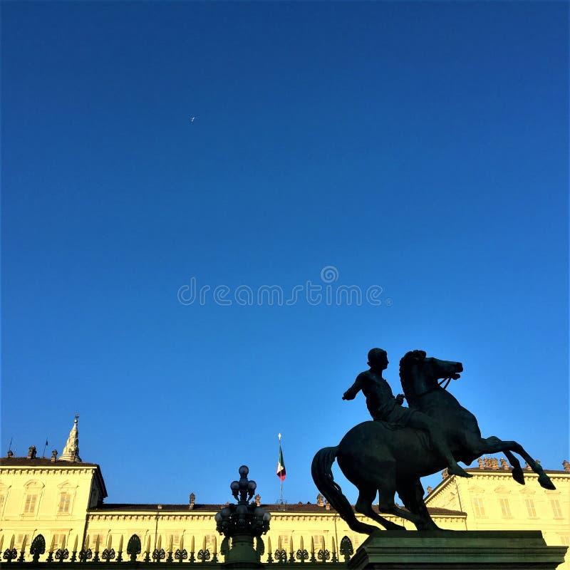 Praça Castello na cidade de Turin, Itália Estátua, céu e história fotografia de stock royalty free