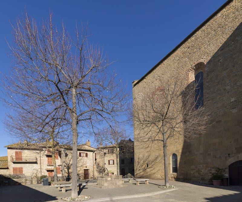 Praça Commenda na vila medieval de Monticchiello sem povos, Siena, Toscânia, Itália foto de stock