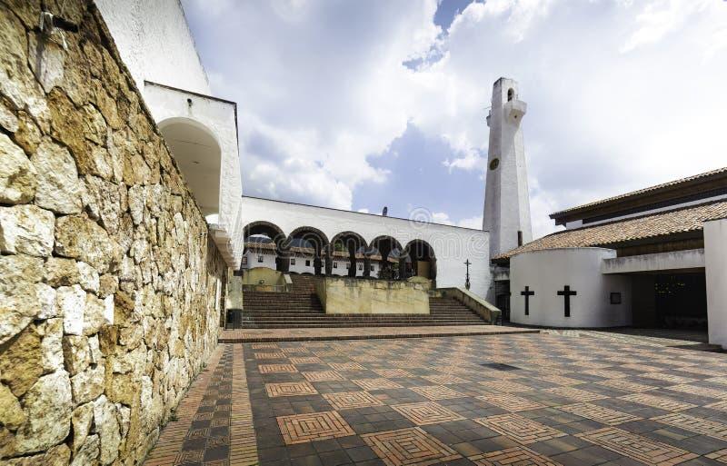 Praça da cidade colombiana com uma igreja fotos de stock royalty free