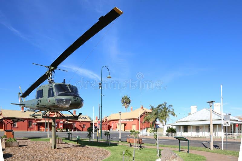 Praça da cidade de Nyngan com helicóptero, Austrália fotografia de stock royalty free
