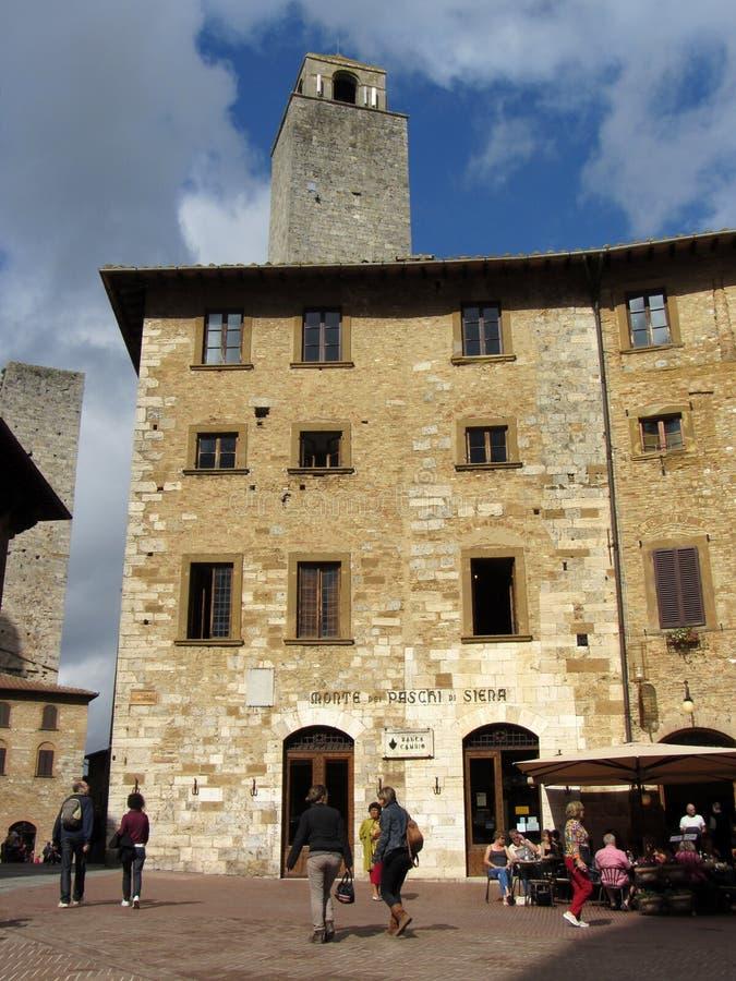 Praça da cidade Sunlit de San Gimignano fotografia de stock royalty free